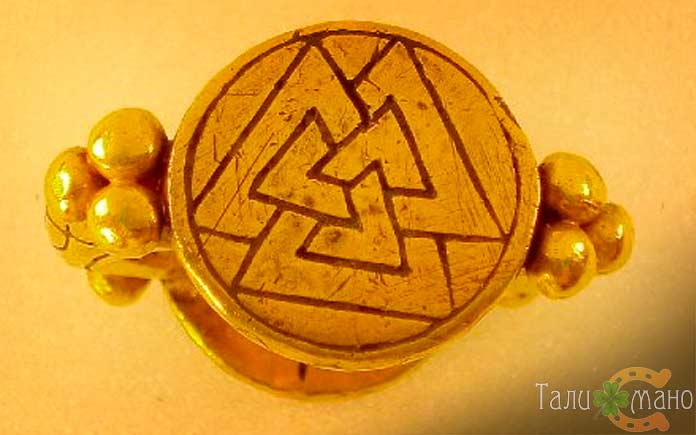 Золотое кольцо с валькнутом